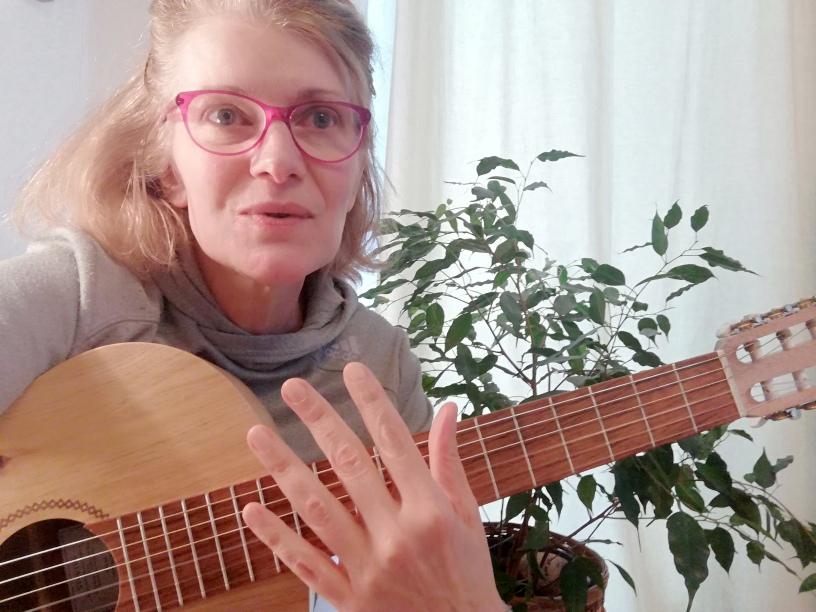 Julie mit Gitarre